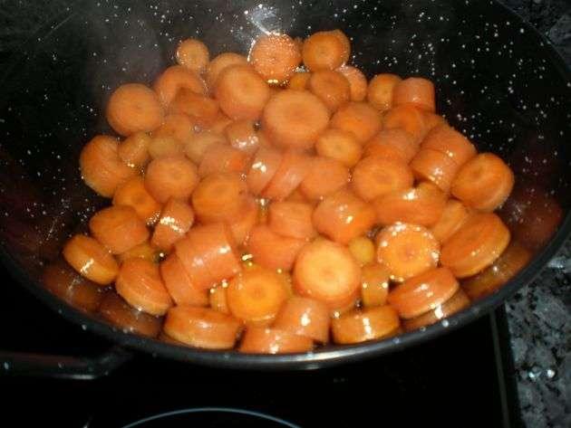 Salteando las rodajas de zanahorias